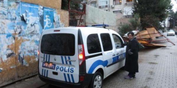 Kadıköy'de inşaat paravanları bir otomobilin üzerine devrildi