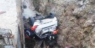 Otomobil kanal inşaatına devrildi: 1 yaralı
