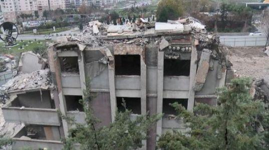 Kontrollü Yıkımda Binanın Bir Kısmı Çöktü